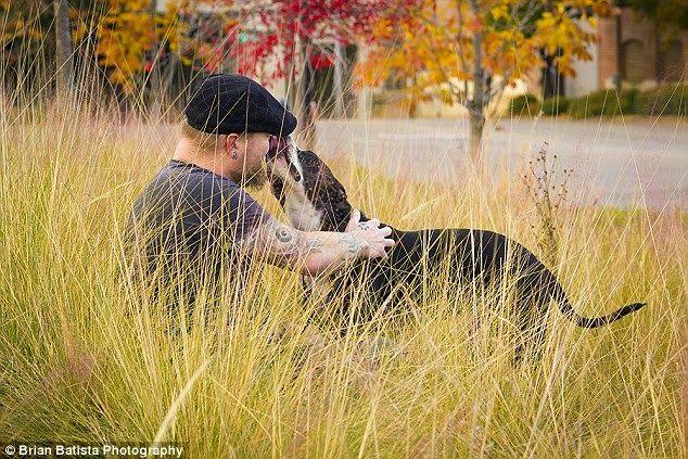 Fotógrafo utiliza su arte para luchar contra el prejuicio de animales sin hogar y las personas tatuadas | Seamos Más Animales... Como Ellos