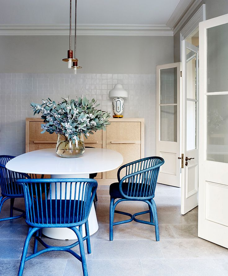 Gorgeous blue chairs lift this simply decorated dining space || A pop of something unexpected – FIRST SENSE