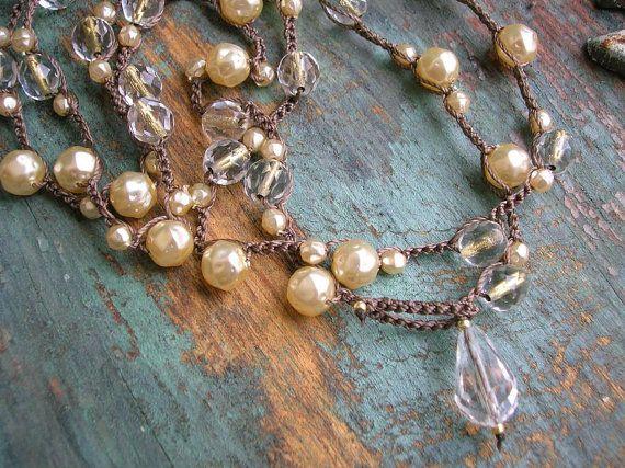 Un impacco effervescente collana appena traboccante fossette perle di vetro e perline scintillanti e divertente! Vestire in su con il tuo vestito di vacanza di fave, o indossare casual con jeans e pelle... così neutro e versatile, troverete un modo per indossare tutti i giorni...  Questo ultra-lunga collana in stile bohemien dispone di una favolosa combinazione di perle di vetro Ceca: cremoso fossette perle di vetro e perline sfaccettate gold-foderato, su un filo uncinetto ultra-lungo. Una…