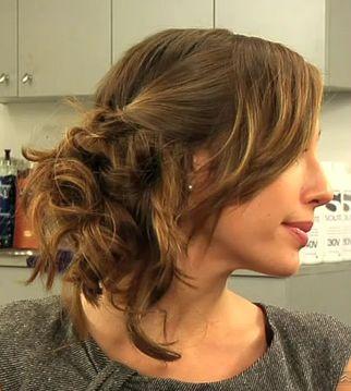La chanteuse Taylor Swift inspire beaucoup de têtes bouclées (ou lisses d'ailleurs !) avec ses multiples coiffures sur ses longs cheveux aux bouclés parfaitement dessinées. Son chignon bouclé, bas, sur le côté, faussement désordonné et destructuré, comme «défait», a particulièrement été copié sur la toile. Mode d'emploi pour s'en inspirer et «chignonner» pour un mariage …