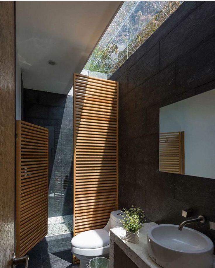 Adorei a iluminação zenital deste banheiro