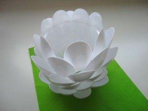 Hecho con cucharas de plástico / Made of plastic spoons