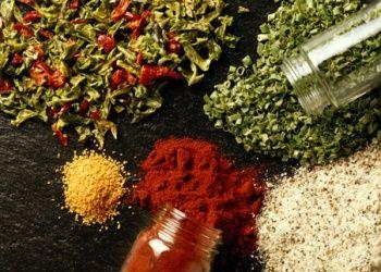 Sucres et Sels parfumés Sucre et sel gourmands SEL - gingembre poudre, citron - poivre, laurier - sésame, thym - piment, herbes de Provence - romarin, paprika - curcuma, graines de moutarde feuille de laurier, Sucre - vanille, noisettes concassées - cannelle, noix de coco râpée - poivre - fleurs de lavande séchées non traitées - fruits séchés - zeste d'orange, cacao étoile de badiane, gousse de vanille, bâton de cannelle, morceaux de fruits séchés cacao