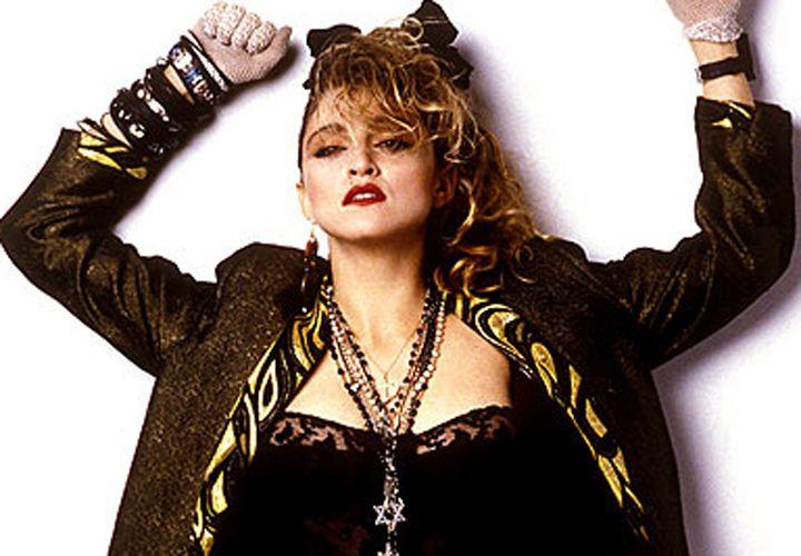 Madonna. Haar begin als stijlikoon van de jaren 80. Je droeg als puber net als zij netkousen, pumps of rijglaarsjes, een strik in je haar en grote oorbellen. Veel kant ook en zelfs een soort tutu over je legging. Hilarisch!