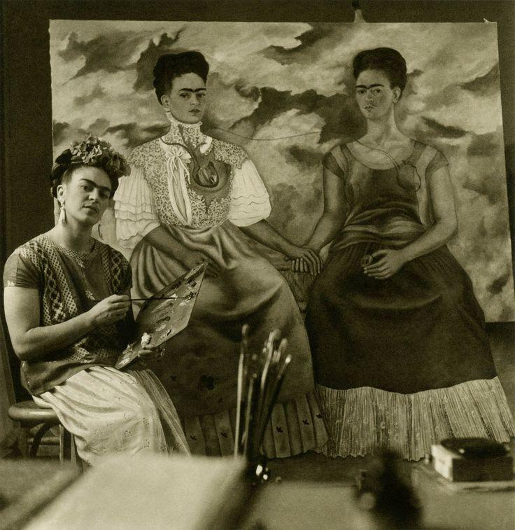 Frida kahlo Photo la montrant en train de peindre deux Frida. Superbe document. Merci à Hanna Jii.