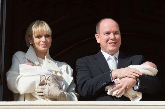 Княжеская чета Монако и их новорожденные близнецы
