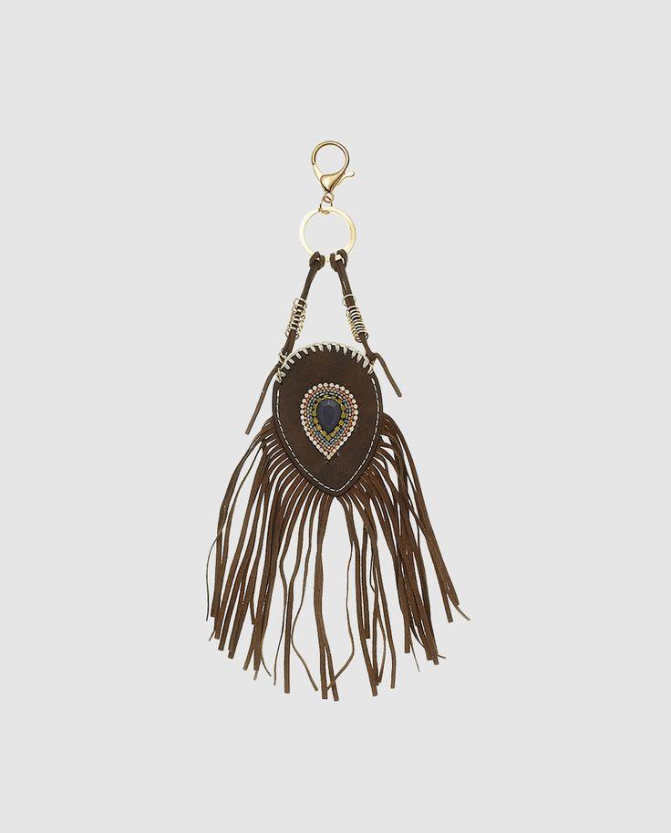 'Llavero' en color marrón con flecos y cuentas -de DAYADAY- |  Llavero en color marrón con adorno de cuentas multicolor y detalle de flecos. Tiene mosquetón en tono dorado || El Corte Inglés