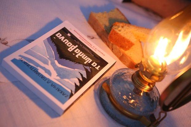 ΤΑ ΨΗΛΑ ΒΟΥΝΑ Το βιβλίο του Ζαχαρία Παπαντωνίου γίνεται θεατρικό έργο και ζωντανεύει επί  σκηνής στο Ακροπόλ.
