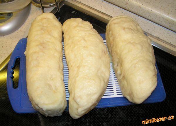 Suroviny dáme do pekárny, tak jak jdou za sebou v seznamu přísad. Používám odměrky, které byly k pek...