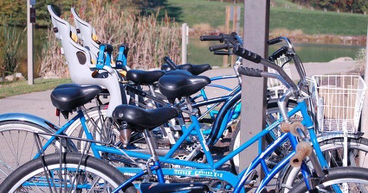 ¿Qué materiales se usan para fabricar bicicletas?. Las bicicletas vienen en todas las formas y tamaños. Puedes comprar bicicletas pequeñas para niños o para adultos. Los materiales que los fabricantes usan para hacer las bicicletas varían un poco dependiendo de la empresa y del estilo de bicicleta, como así también el propósito del vehículo. Las bicicletas de carrera usan materiales livianos, ...