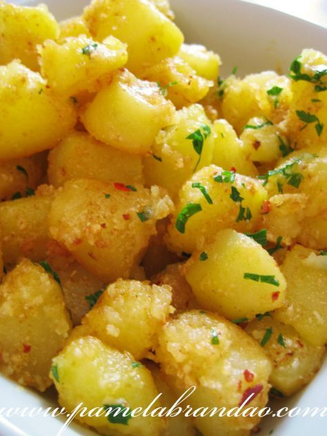 Batatas Salteadas (Sauté) - 1 kg de batatas 2 colheres (sopa) de manteiga 2 colheres (sopa) de óleo vegetal ou azeite sal e pimenta calabresa 2 colheres (sopa) de salsa picada 3 colheres (sopa) de queijo ralado (ou mais)