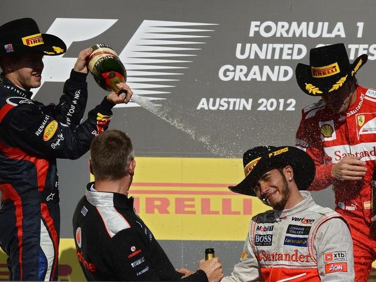 Sebastian Vettel (l) musste in Austin auf die vorzeitige Titelparty verzichten. Der Formel-1-Doppelweltmeister wurde beim Großen Preis der USA Zweiter hinter Lewis Hamilton (M). Sein WM-Widersacher Fernando Alonso wurde Dritter und hat jetzt 13 Punkte Rückstand auf Vettel. (Foto: Larry W. Smith/dpa)