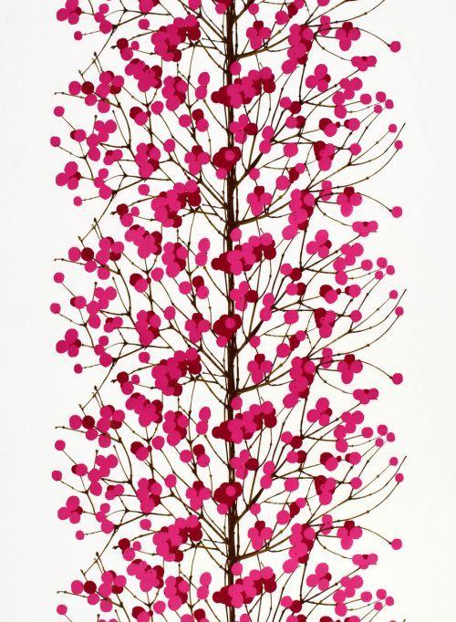 Talvisen luonnon innoittamasta sielukkaasta Lumimarja-kankaasta on hyvää vauhtia tulossa uusi rakastettu Marimekko-klassikko. Kangas on lainannut kuvionsa pensaan oksalta, johon Hirvi on lisännyt kauniita marjoja. Saisiko olla Lumimarjaa hienona satiinina, pehmeän puuvillaisena vai kenties helppohoitoisena vahakankaana? Parhaillaan käsilläsi on pehmoinen puuvilla.MARIMEKKO