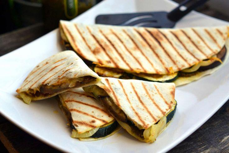 Grillezett zöldséges quesadilla recept: A gyors, egészséges, és finom vacsorákat mindenki szereti. Ezt a quesadillát pedig akár munkába is magunkkal vihetjük!