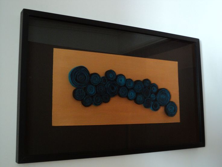 Puntué (Región oscura)   Medidas: 80cm x 49,5cm.  Descripción: Lámina dorada y rollos de vellón de oveja teñidos con anilinas orgánicas en tono negro y cian, en marco (caja + vidrio) de madera color negro y paspartú negro.