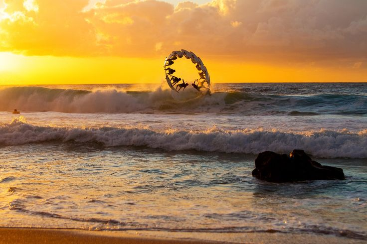 Photographer: Zakary Noyle / Athlete: Gabriel Medina / Location: Oahu, Hawaii (© Zakary Noyle/Red Bull Illume)