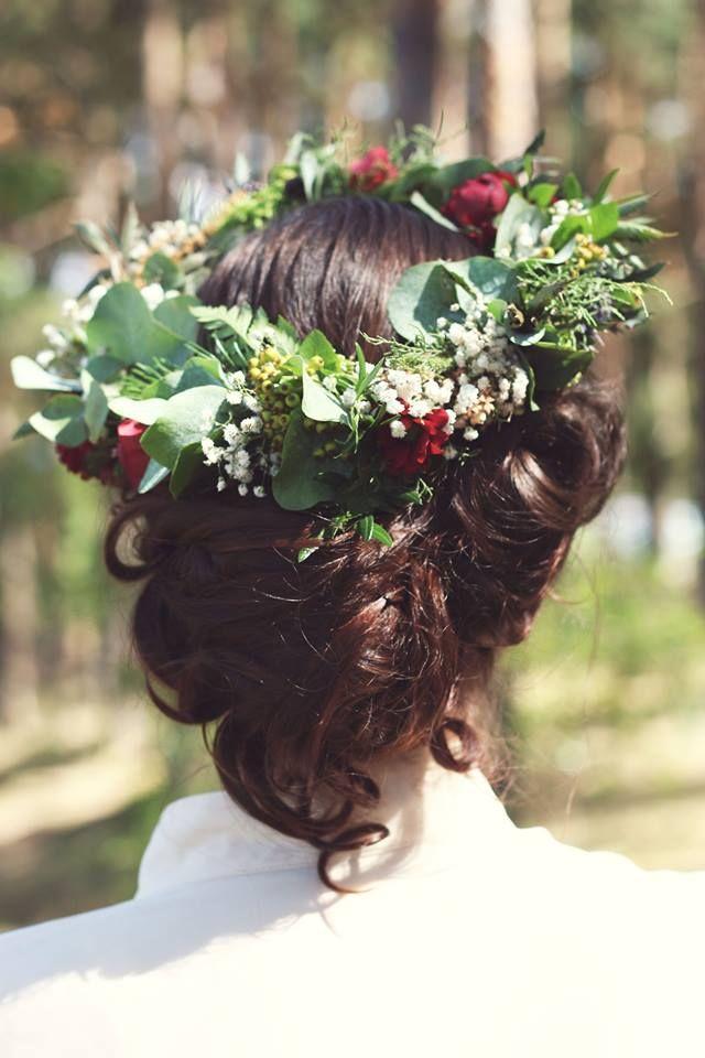 Svatba Z lesa v borovém hájku s akcentem rudé a růžové. Borové větve, kapradí, pivoňky, růže, bodláky, nezralé jeřabiny a spousta dalších letních druhů. Bohaté, šťavnaté, tyrkysové a…