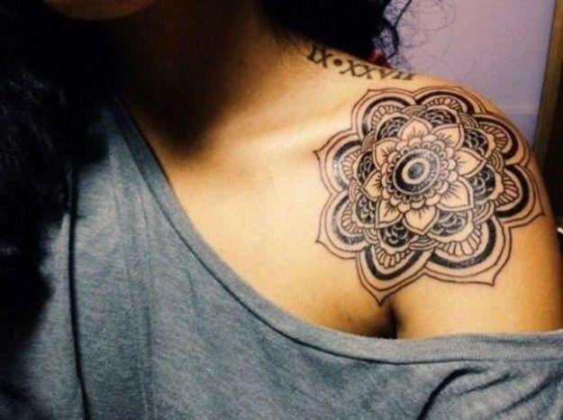 compass tattoos shoulder blade | Tatuaggi fiori di loto, ciliegio e di pesco per decorare il corpo ...