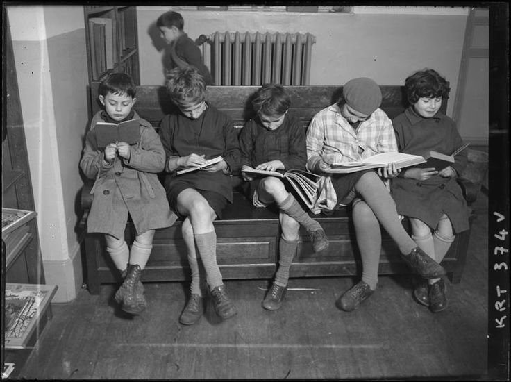 El Fotógrafo invidente — mimbeau: Children reading 1928 André Kertèsz