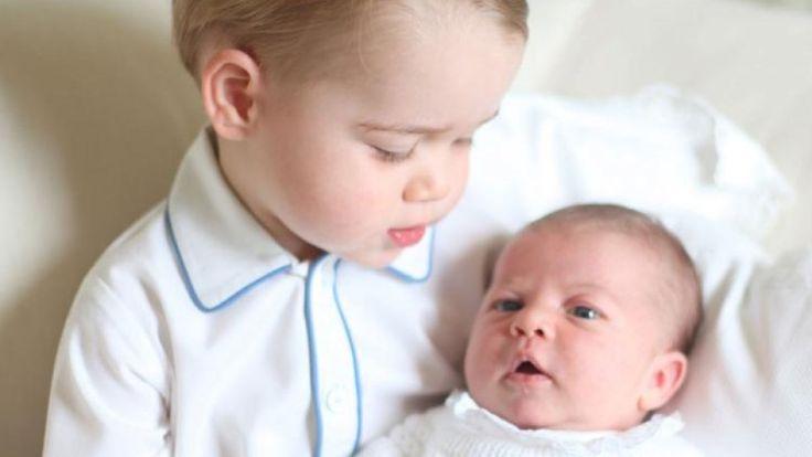 Endlich ist es da UND süßer geht's nicht! Prinz George hält seine kleine Schwester Charlotte andächtig im Arm.  Der Kensington Palast veröffentlichte diesen Samstag (6. Juni) das erste Foto von Baby Charlotte und ihrem großen Bruder Prinz George nach der Geburt am 2. Mai. Wir sind hin und weg!