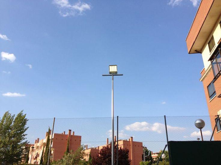Tecnología led para pistas de pádel de muro, proyectores de led para pistas de pádel a la medida de las condiciones de cada instalación deportiva. Ahorro energético vía iluminación led.