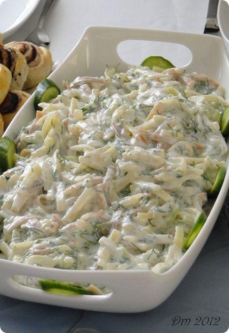 Erişte Salatası   Malzemeler;  Yarım paket erişte  3 adet çengelköy salatalık  3 dal taze nane  5 dal dere otu  2 diş sarımsak  Yarım kg ...