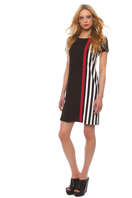 Jersey dress with short sleeves in a straight line with side by black stripe that flatters the silhouette, especially for large sizes, with detail close-ribbon in fuchsia color