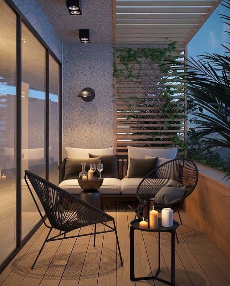 Attraktiver Balkon mit Parkett aus Hartholz und modernen Gartenmöbeln.