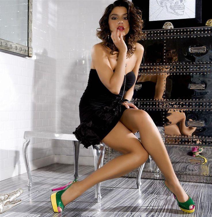 Vestito nero con scarpe colorate
