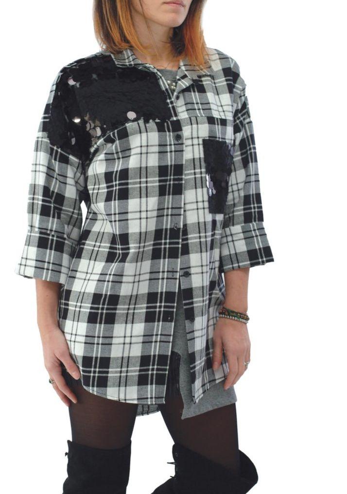 Camicia a Quadri bianco e nero con Paillettes, Camicie Lunghe Taglia Unica: Vestibilità dalla 40(S) alla 44(L)  Vestibilità: normale Chiusura: con bottoni  Taglia Unica: Vestibilità dalla 40(S) alla 44(L)  Larghezza dello schienale: 37cm nella Taglia Unica Fantasia: quadri, nero, bianco Lunghezza totale: 73cm frontale e 86cm retro nella Taglia Unica Lunghezza delle maniche: 60cm nella Taglia Unica Composizione: 50%Cotone 50%Elasteno