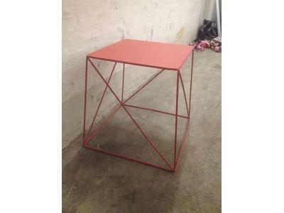 DBA nattbord eller sofabord, kan lakkes sort eller mørkegrønt: kr 75,-  b: 33 l: 33 h:39