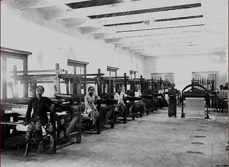 Interieur van de weverij te Cheribon. 1900-1940