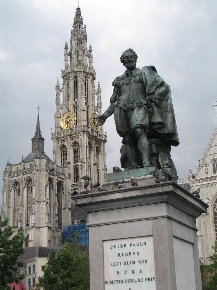 In het midden van de Groenplaats staat het standbeeld van Rubens. Het is in 1840 ontworpen door Willem Geefs.