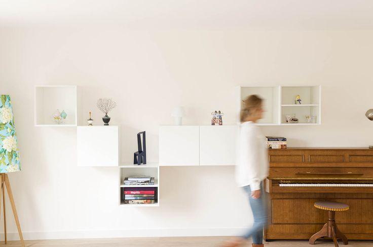 Jolanda Knook tekende voor het interieurontwerp van deze warme gezinswoning in Raamsdonksveer. De piano wordt overlapt door een speelse kastopstelling van Pastoe, Vision Next.