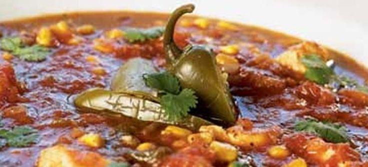 Krydret mexikansk suppe med jalapeno, chili, tomat, spidskommen, kyllingebryst og majskerner. Serveret med koriander og tortilla-chips. Se opskriften her