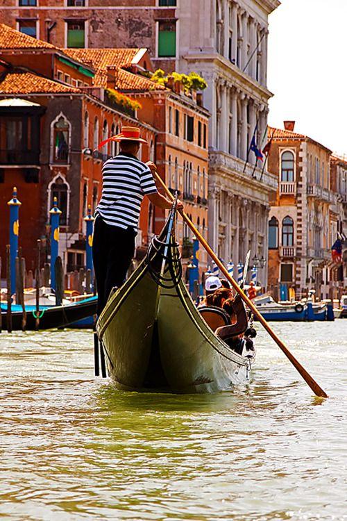 Paseo en #góndola por los canales de #Venecia http://www.venecia.travel/ #viajar…