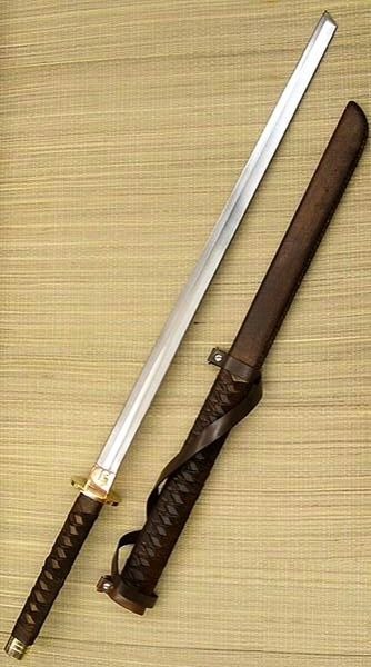 Épée à lame droite, arme hybride sino-japonaise utilisée par certains soldats Serpents Dorés -- Straight-bladed sword, hybrid weapon used by some Golden Snakes soldiers.