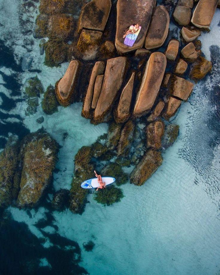 Τοπία με τιρκουάζ θαλασσινά νερά, κύματα και αφηρημένα μοτίβα από τον αφρό και την άμμο αποτυπώνονται στο φακό του διδύμου Salty Wings.