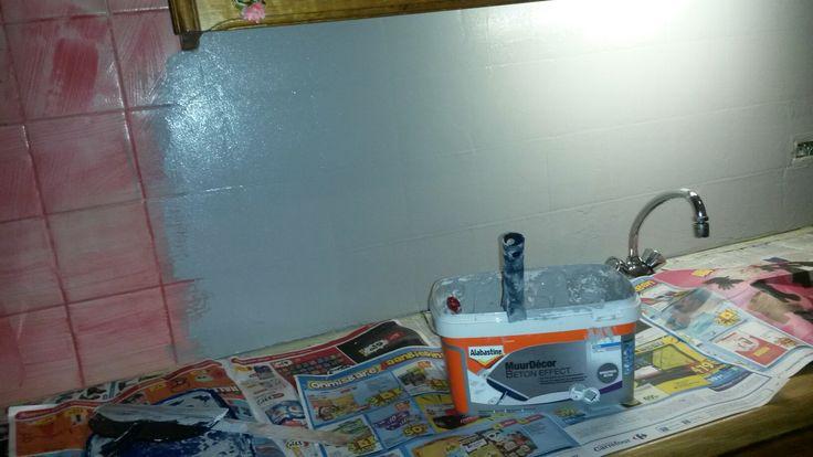 Betonlook op keukentegels met alabastine muurdecor. Eerst voorstrijk voor gesloten ondergronden, daarna twee keer decorcement erover! Afwerken met een coating speciaal voor de keukenwand