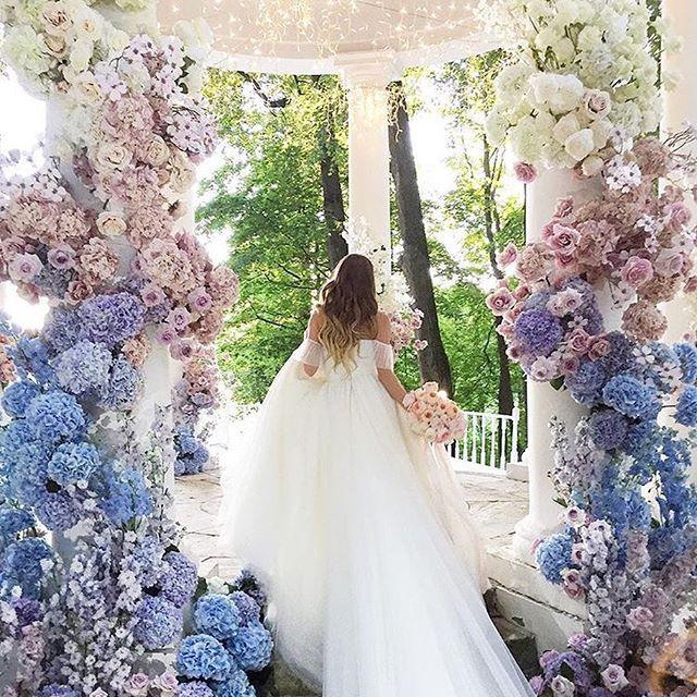 *̣̣̥◌⑅⃝♡ 見るだけでうっとりする #海外ウェディング の会場装飾🌼🌷✨ * #ガゼボ の入り口には グラーデーションのお花を上まで飾って 天井にはキラキラの#フェアリーライト 🌟 * グリーンたっぷりのガゼボを🌿 こんなに素敵にデコレーションできたら 笑顔溢れる#フォトブース になりそうです💖💖 ♡*̣̣̥◌⑅⃝ photo by @alenakubik #プレ花嫁#卒花嫁#卒花#結婚式#結婚#結婚式準備#ウェディングレポ#婚約中#婚約#プロポーズ#会場装飾#披露宴会場#ウェルカムスペース#ナチュラルウェディング#ガーデンウェディング#marry#marryxoxo