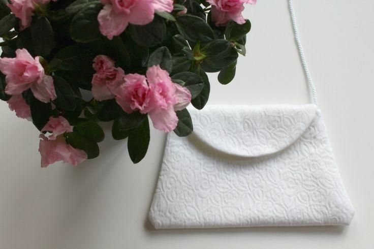 Pochette  blanche réalisée à partir du patron du kit Kaetsu, version cérémonie.