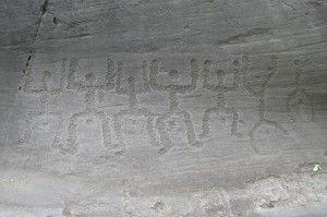 Incisioni rupestri: oranti. - La Valle Camonica  vanta una storia e una tradizione millenaria. Patrimonio inestimabile è quello delle oltre 300mila figure incise nella roccia dal popolo Camuno, in un arco di ben 10.000 anni. Conta diversi parchi tematici immersi in grandi boschi, costellati di rocce incise. Il parco principale è quello di Naquane scoperto nel 1909, e divenuto il primo sito Unesco d'Italia.