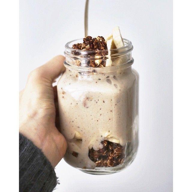 """""""banana mylk + granola + more bananas (granola recipe in my latest blog post)  muz sütü(muzu birazcık hindistan cevizi suyuyla blenderdan…"""""""