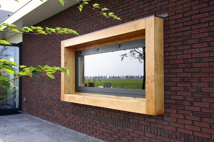 Modern houten kader om het kozijn van een moderne bungalow.
