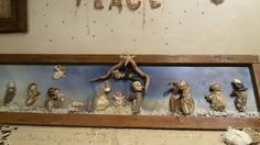Presepe su anta finestra vecchia. Creato con conchiglie, sassi , legni (cammello!!) trovati in spiaggia!  Nativity scene on the old window sash . Created with shells, stones , driftwood ( camel !! ) found on the beach !