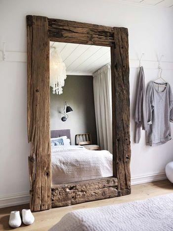 リクレイムドウッドならではの、ヴィンテージの重厚さを感じる鏡。白い壁とよく合いますね。