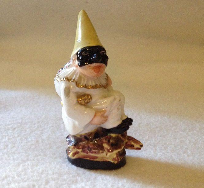 Pulcinella sulla tartaruga, Napoli, 1790-1800, Porcellana tenera dipinta in policromia e oro, Museo Giuseppe Gianetti, Saronno  ----------  Il pezzo, nato come odorino, una boccetta porta profumo, è stato in seguito modificato sostituendo il tappo con un cappello giallo a cono. #commedia #maschera #carnevale