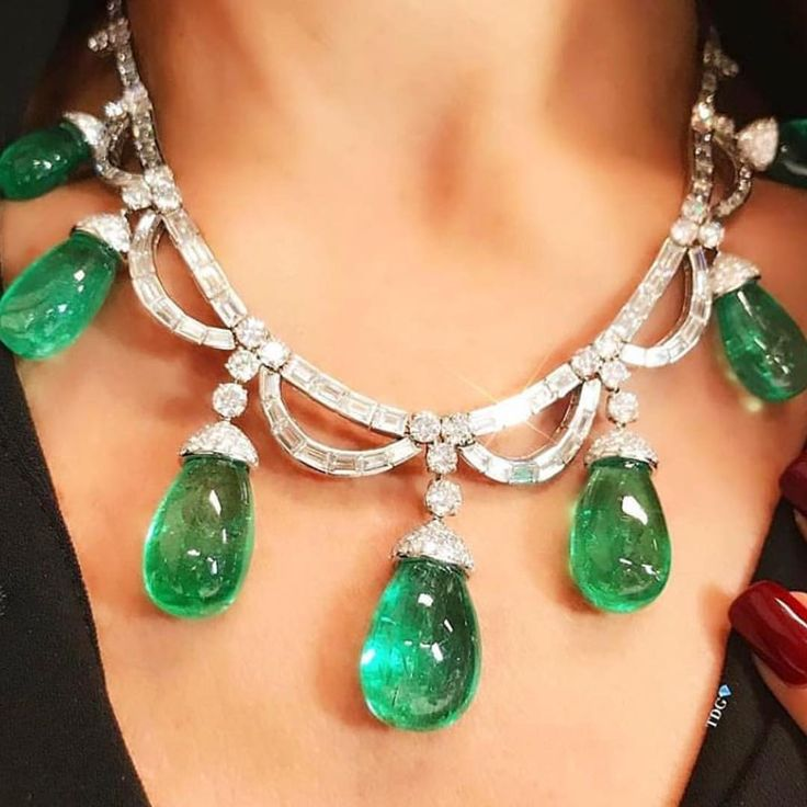 While, generally speaking, I'm not much of a festoon necklace type of girl, I LOVE this particular one by Bulgari cuz if you're gonna wear a festoon necklace it should dangle huge, gorgeous, succulent emeralds...THEN it makes sense . #repost @thediamondsgirl #bulgari #emerald #diamond #necklace @sothebysjewels #jewelswithstyle