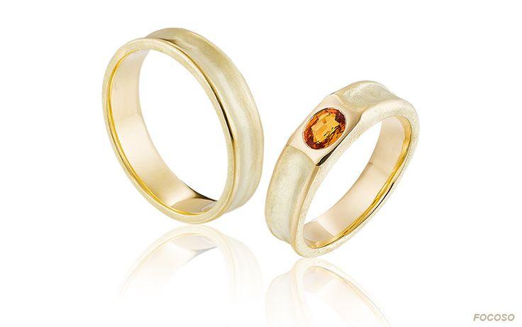 Geelgouden trouwringen met een oranje saffier