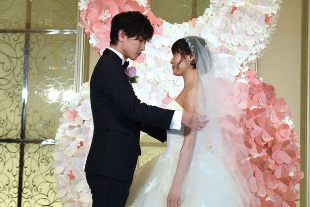 「8年越しの花嫁 奇跡の実話」の公開直前イベントが本日11月28日に東京・アーフェリーク白金にて開催され、佐藤健と土屋太鳳が登壇した。